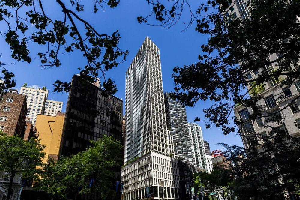 """Это красивое здание с тоннами огромных окон и застекленным терракотовым фасадом, получило свое название от <a wg-1="""""""">Центрального парка</a>, который находится в одной минуте ходьбы, и итальянского слова Loggia. <a wg-2="""""""">Лоджия,</a> на архитектурном жаргоне, означает крытую наружную гостиную, которая является частью структуры здания. В Парк Лоджия, Центральный парк можно увидеть с восточной стороны и их лоджий, площадь которых колеблется от 154 до 357 квадратных футов."""