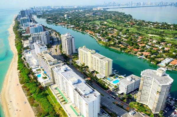 вид с воздуха на пляж и небоскребы в Майами.